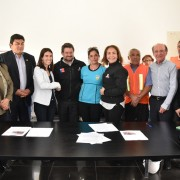Autoridades, comunidad y la empresa firman protocolo de acuerdo.